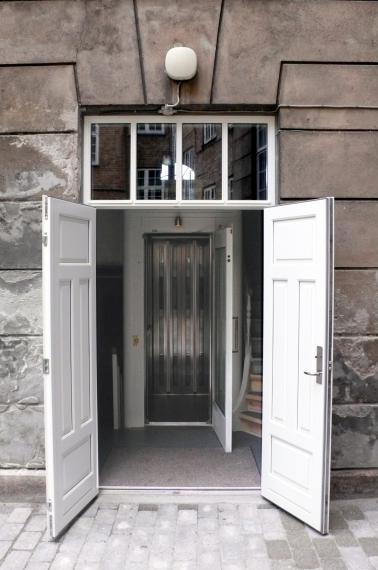 ostbanegade: adgang til elevatoren både fra gade og fra gård